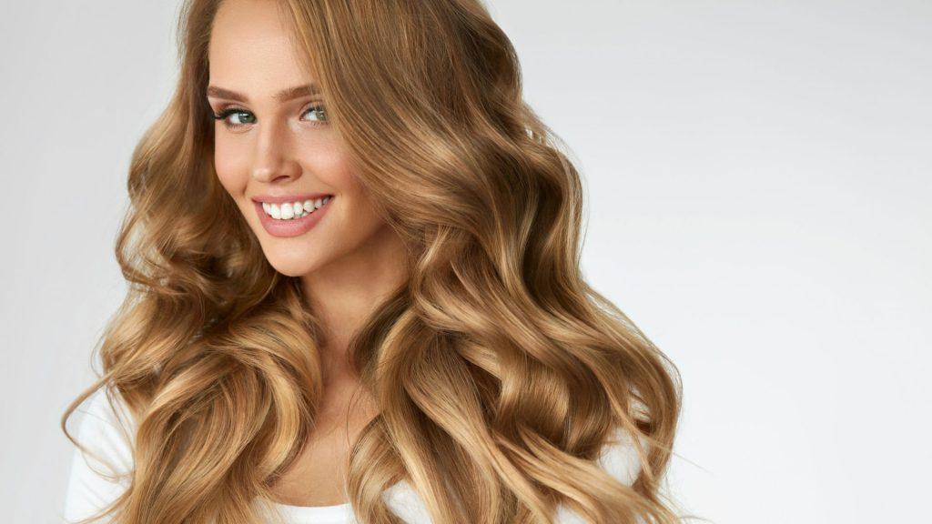 Dalgalı sarı saç modeli