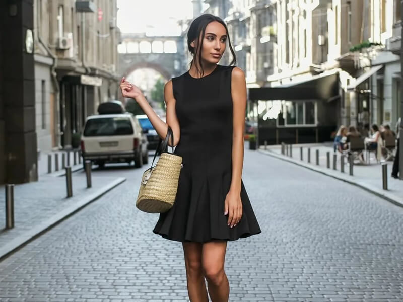 Düz Siyah Elbise Hangi Renk Ayakkabı ile Hareketlendirilir?