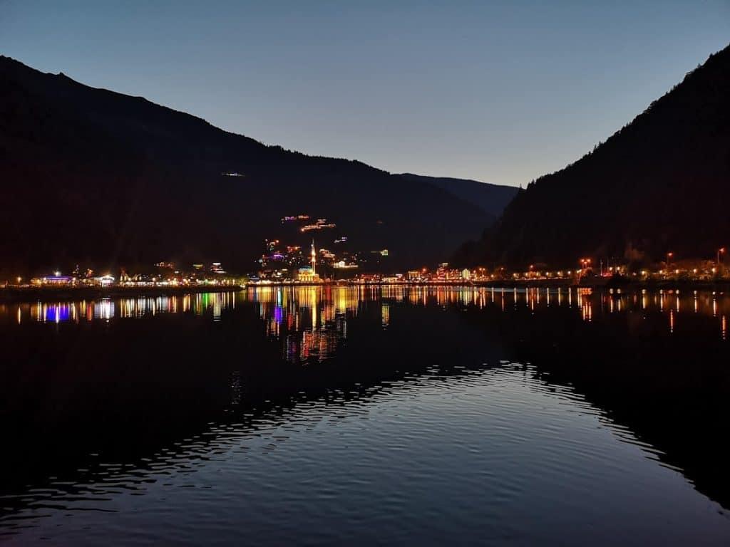 Uzungöl'de akşam saatleri. Doğası ile öne çıkması gereken yer maalesef şehir ışıklarıyla dolu...